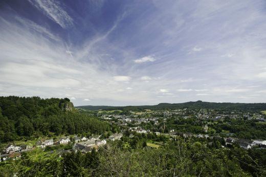 Eifelsteig: Blick über Gerolstein - Fotograf / Bildquelle  Dominik Ketz Fotografie - Copyright  Rheinland-Pfalz Tourismus GmbH