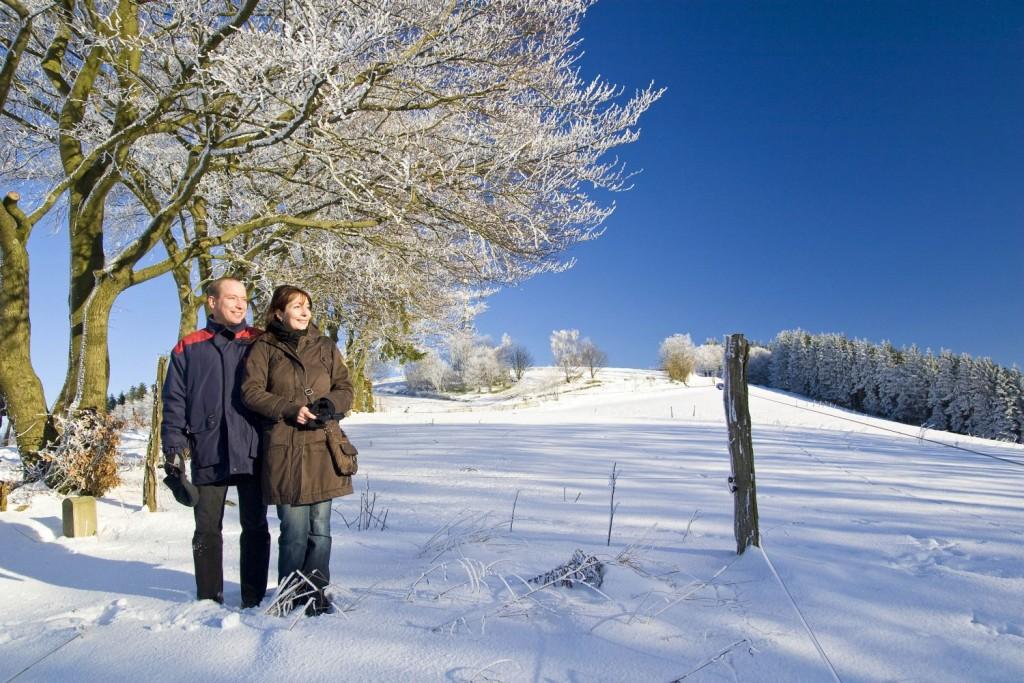 Winterwandern im Sauerland - Paar - Sauerland-Tourismus e. V. Fotograf: Sabrina Voss